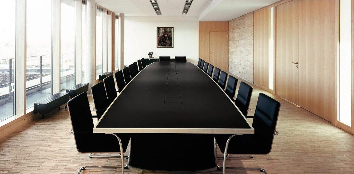 Konferenzraum mit Möbel von Holzmedia