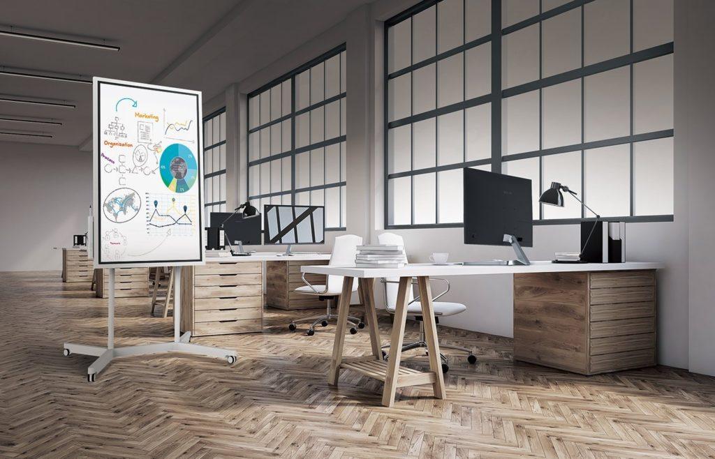 Büro mit 4 Arbeitstischen und einem Samsung Flip