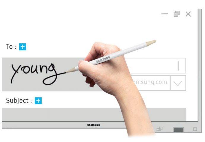 Hand schreibt mit Samsung Stift auf Samsung Flip