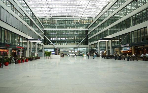 Großer Innenbereich mit Glasdach und Shops herum