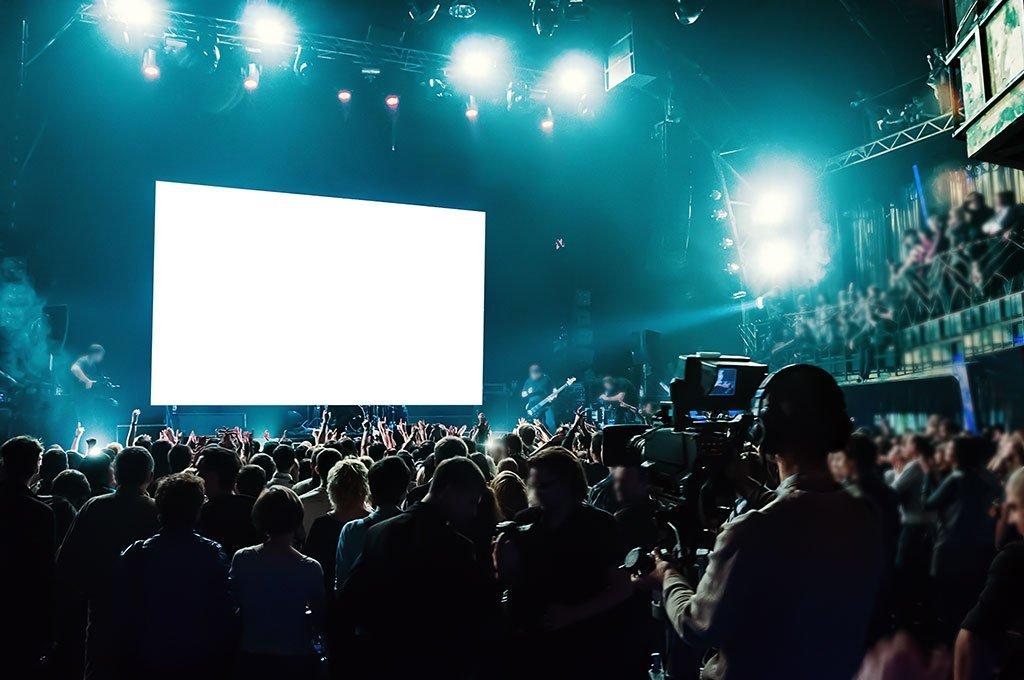 Konzert mit Fans und Band auf der Bühne - LED Wand im Hintergrund