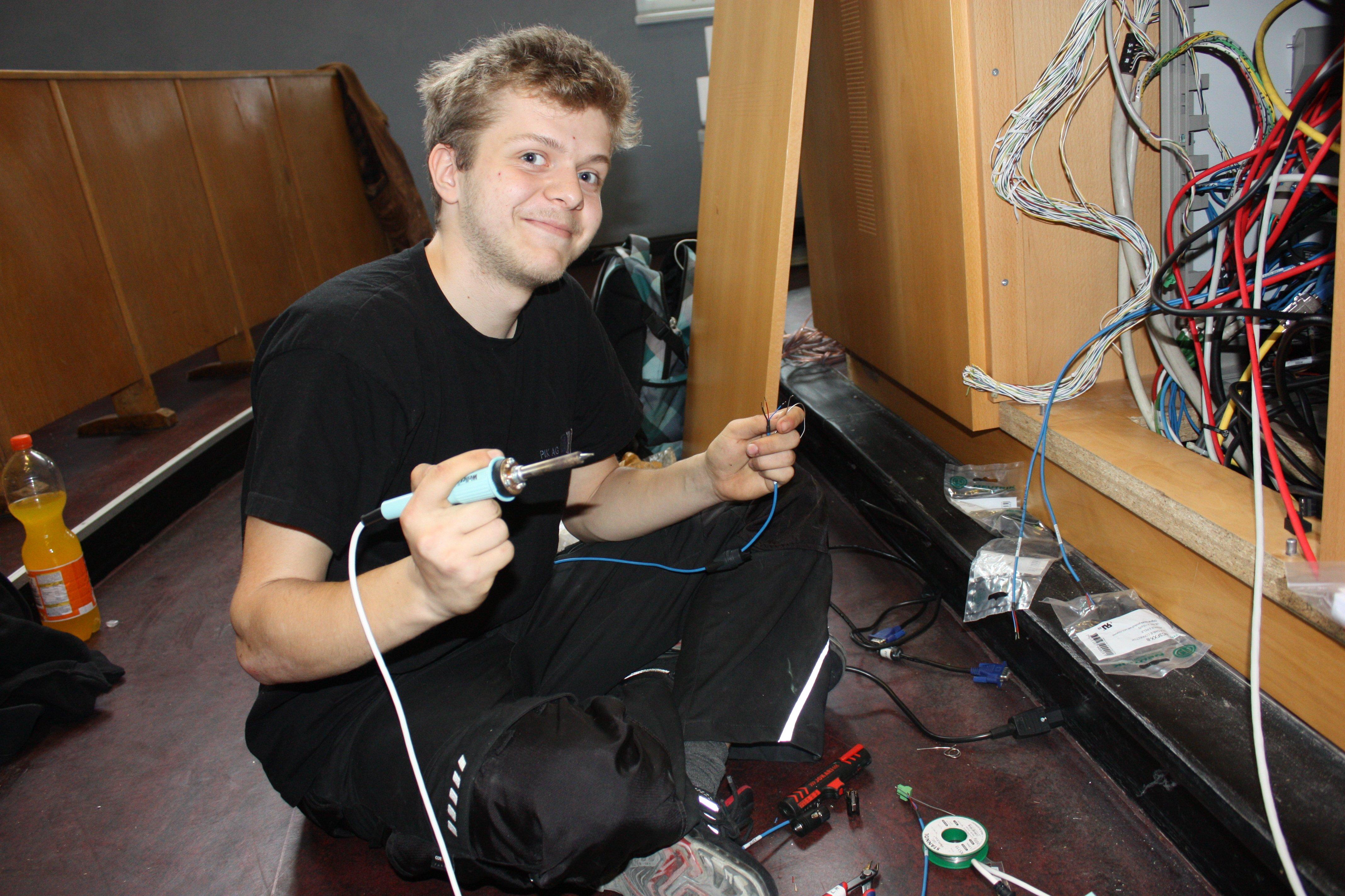 Azubi zum Informationselektroniker der PIK AG im Hörsaal der Humboldt-Universität